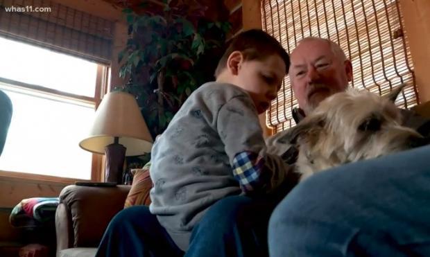 양부 스티브 매럿이 5살 케네스와 반려견 백스터를 안고 있다. [출처: 미국 WHAS 11 지역방송 갈무리]