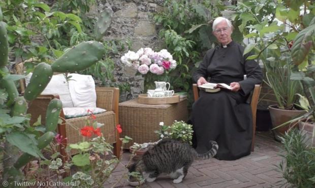 타이거가 윌리스 주임사제의 우유를 뺏어먹지 않도록, 바닥에 따로 밥을 챙겨주기도 한다.